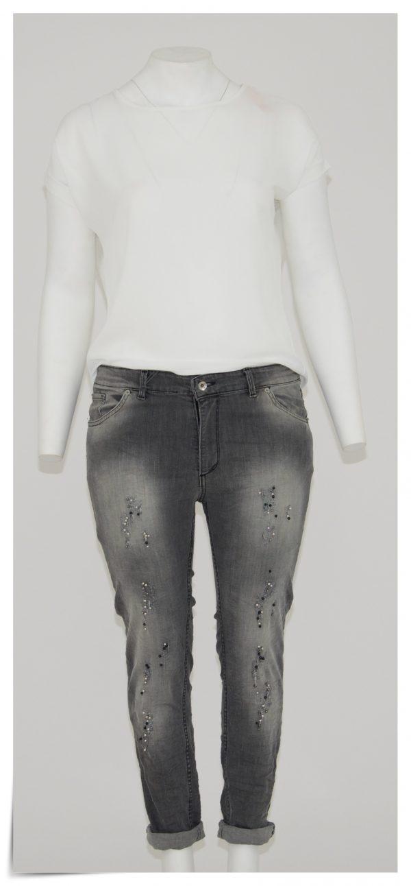 Jeans color grigio sfumato, 5 tasche cerniera e bottone, applicazione di perle bianche e nere