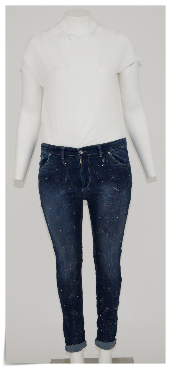 Jeans colore blu scuro, 5 tasche bottone e cerniera, micro brillantini e strass in tutta la gamba solo davanti