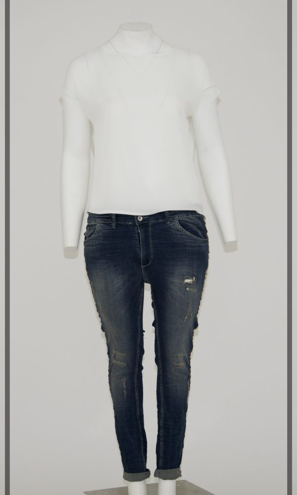 Jeans colore grigio:azzurro sfumato, 5 tasche cerniera e bottone, graffi nella gamba e buco, banda laterale lunga tricolore (arancione, bianca e verde)-#CURVY BY KOIBA