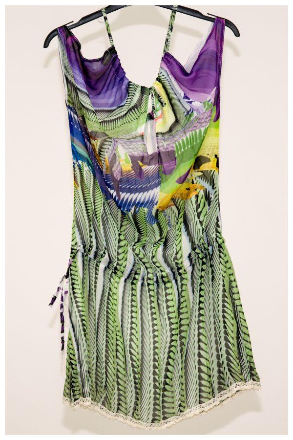 Mini abito con spallina e mezza manica, fantasia multicolor, con arricciatura sui fianchi regolabile