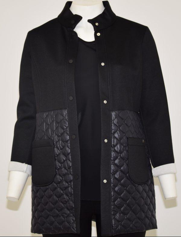 Cappotto con collo alto e maniche lunghe, nella parte alta tessuto punto Milano, nella parte bassa tessuto piumino e 2 tasche