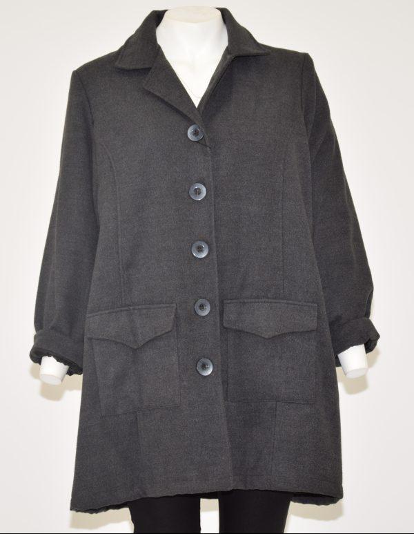 Cappotto colore grigio scuro con davanti apertura a cinque bottoni e due tasche in basso