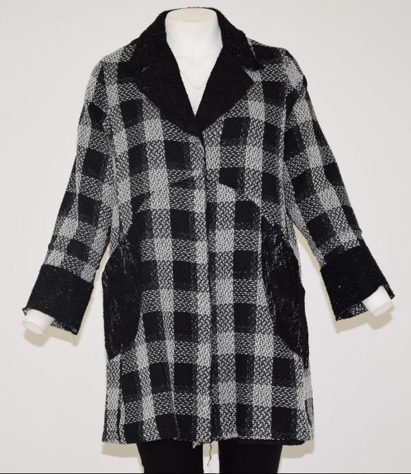 Cappotto scozzese, davanti bottoni nascosti e due tasche di pizzo nero, scollo e polsini in nero con brillantini