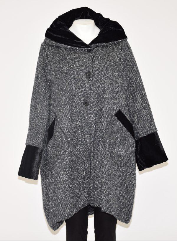 Cappotto puntinato con cappuccio foderato in ciniglia, davanti 3 bottoni a vista e 3 nascosti, in basso due tasche profilate in ciniglia