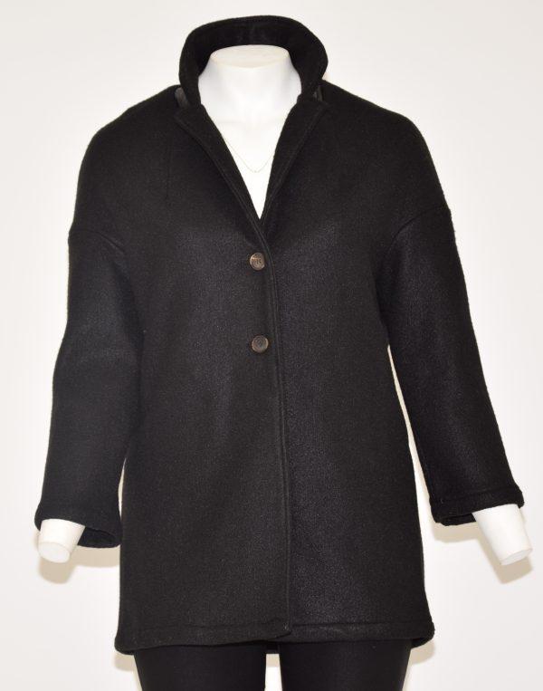 Cappotto nero tinta unita, davanti apertura a due bottoni e due tasche laterali