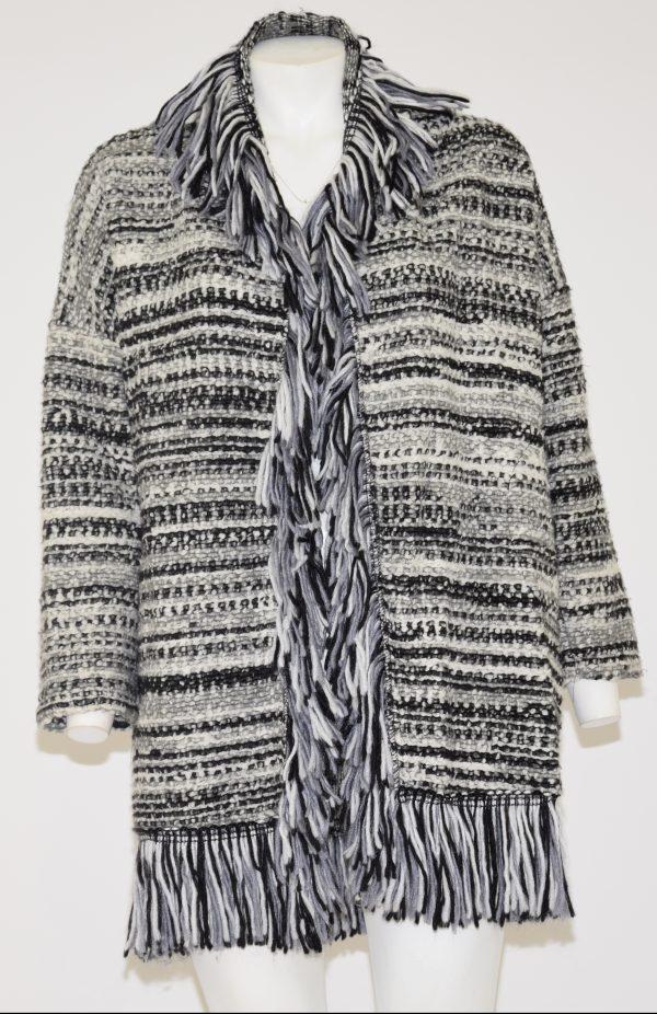 Cappotto di lana bianco e nero, dal collo fino al fondo profilato di frange bianche, nere e grigie