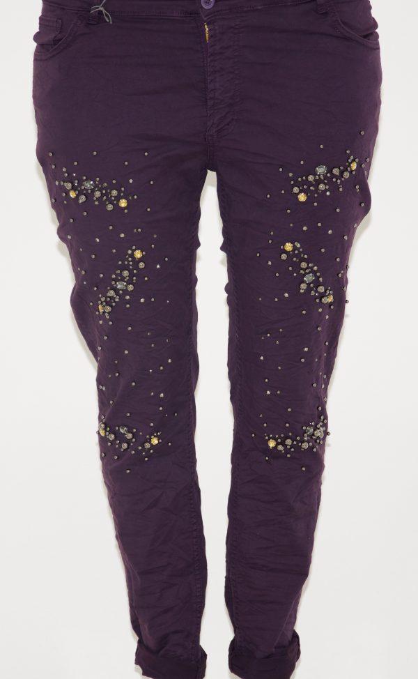 Jeans tinta unita, 5 tasche con apertura a bottone e zip, davanti applicazione di strass e perline