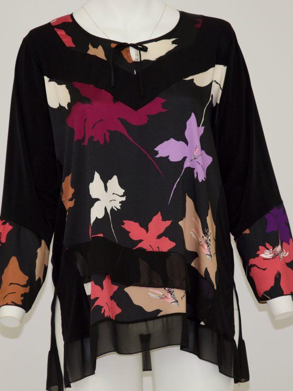 maglia a maniche lunghe con scollo tondo e laccio a fiocco, davanti fantasia a foglie colorate e frappe in fondo, dietro tinta unita