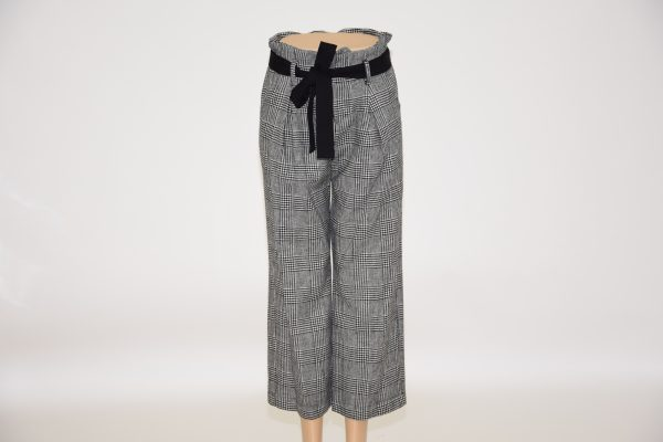 Pantaloni a gamba larga arricciati in vita, apertura con zip e bottone nascosti e due tasche davanti