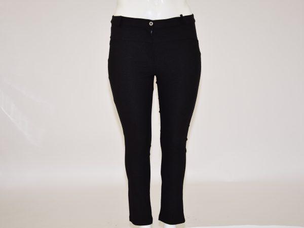 Pantalone elasticizzato e aderente, davanti apertura con cerniera e bottone, dietro due tasche