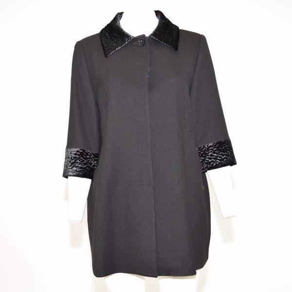 """""""Cappotto nero con inserti di pelo nel colletto a camicia e nei polsini, chiusura davanti con un bottone a vista e altri bottoni nascosti"""""""
